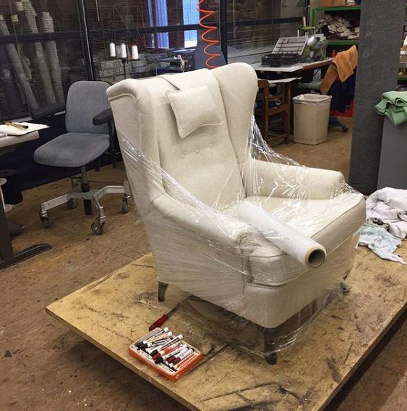 Restauratie & herstoffering fauteuil in lichte stof